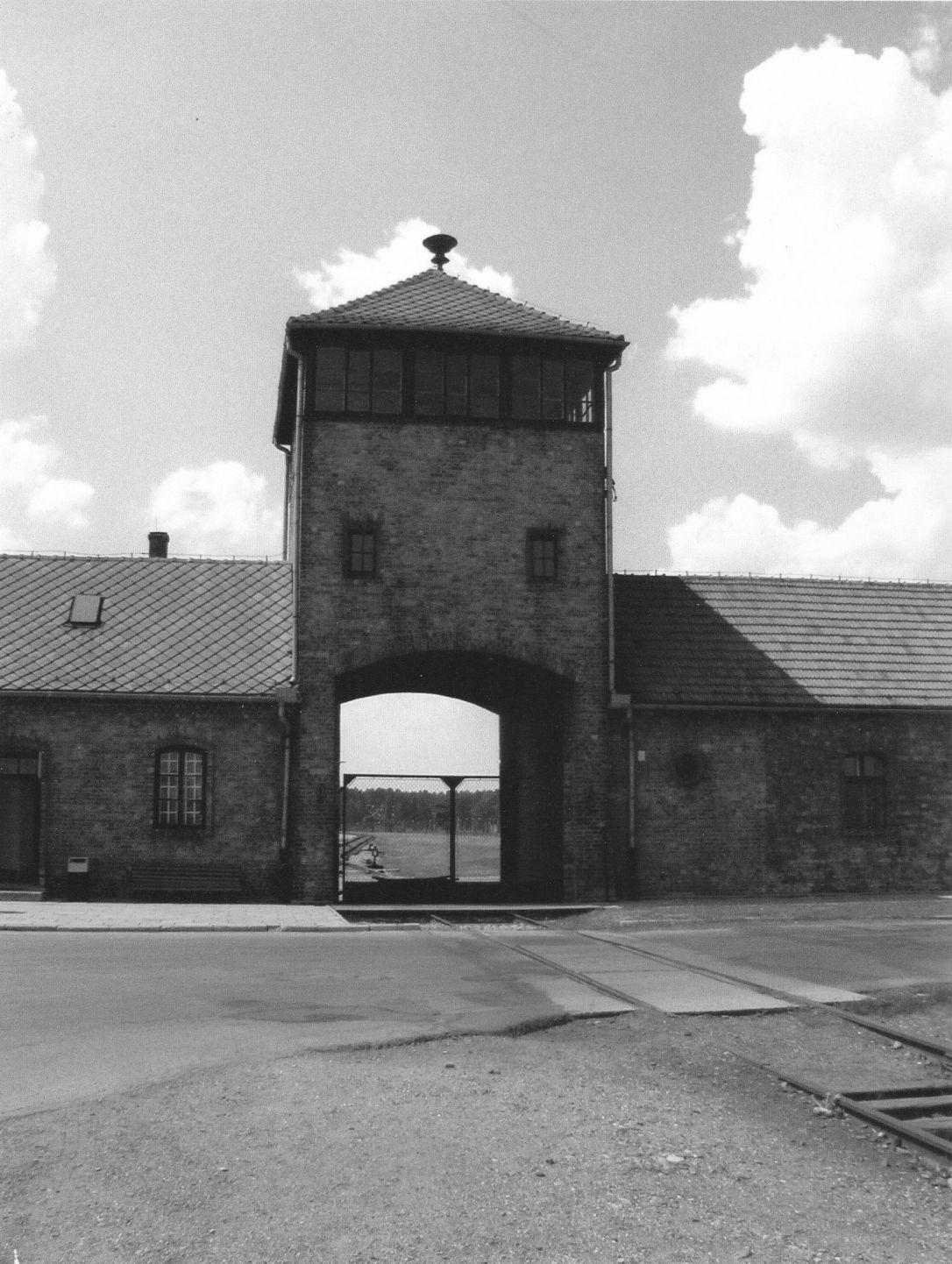 auchwitz-gate-karpinska-bw